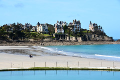 Dinard Brittany _6186 (ichauvel) Tags: promenadeduclairdelune dinard vue view maisons houses architecture mer sea channelsea mare basse lowtide marcheurs walkers gens people marcher walking beautdelanature beautyofnature plage beach sable sand ileetvilaine bretagne brittany france westpartoffrance europe westerneurope voyage travel paysage landscape jour day exterieur outside bluesky cielbleu littoral coast piscine swimmingpool reflets reflections cte dmeraude