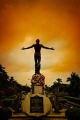 Oblation (5787) (TheHouseKeeper) Tags: school sunset sculpture up statue campus education university state philippines landmark icon destination diliman oblation mateo pilipinas universityofthephilippines thehousekeeper georgemateo