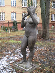 1986 Magdeburg Mdchen mit Spiegel von Dieter Borchhardt Polyesterbeton Patientengarten hinter Haus 1 Uniklinikum Leipziger Strae 4