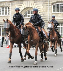 bootsservice 12 7532 (bootsservice) Tags: horses horse paris cheval spurs uniform boots police gloves cavalier uniforms rider policeman bottes riders chevaux uniforme policemen cavaliers policier uniformes gants policiers police riding boots eperons nationale