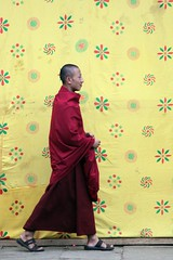 Wangdue Phodrang festival visitors: Against the yellow (10b travelling) Tags: yellow festival asia asien dragon bhutan kingdom backdrop asie dzong thunder himalayas bhoutan zhong 2010 butan punakha wangdiphodrang festivalgoer drukyul wangduephodrang peoplefamilycarstentenbrink placesasiabhutan