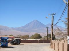 """San Pedro de Atacama: Mr le volcan Licancabur et son acolyte veillent sur la ville. Lorsque nous étions à la Laguna Verde en Bolivie, c'était eux en arrière-plan. <a style=""""margin-left:10px; font-size:0.8em;"""" href=""""http://www.flickr.com/photos/127723101@N04/29223218385/"""" target=""""_blank"""">@flickr</a>"""