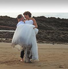 escenas de verano. (Luis M) Tags: novios playa agua escenasdeverano escenasdelavida zumaia mar marcantbrico flysch rocas atardecer