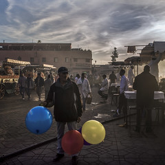 Ballons (Julio Lpez Saguar) Tags: segundo juliolpezsaguar urban urbano calle street ciudad city gente people marruecos morocco lemaroc hombre man plaza square globos ballons jemaaelfna mercado market