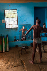 Weight lifting, Varanasi (Marji Lang Photography) Tags: travel blue light people india man reflection male window sport vertical composition photography mirror exercise body muscle indian traditional documentary reflet varanasi wrestler weightlifting gym joris weights dumbbell uttarpradesh travelphotography sportif documentaire akhara poids musculation halteres exercice kushti kusti haltères marjilang pelhwani pelhwan