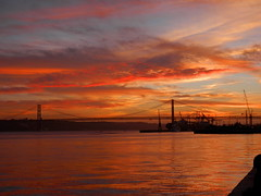 Entardecer em Lisboa IV (rgrant_97) Tags: bridge sunset sky portugal rio clouds tramonto nuvole sonnenuntergang lisboa olympus cu ponte tejo tajo tagus nvens prdesol ponte25abril riotejo