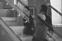 della serie PASSAGES ... n. 10 ... LEGGITTIME CURIOSITA' (Maria Grazia Marrulli) Tags: travel blackandwhite man scale reflections italia noiretblanc milano bn persone uomo mina mano luci dedicated dedica riflessi lombardia viaggio biancoenero homme linee piazzaduomo dedicata inmovimento rflexions vojage obliquemind obliquamente museodel900 darevocealledonne legittimecuriosit