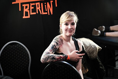 First We Take Manhattan (toletoletole (www.levold.de/photosphere)) Tags: cologne kln fuji fujixpro2 xpro2 tattooconvention portrait portrt people ttowierung tattoo youngwoman jungefrau