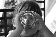A traverre (By Saib) Tags: portrait black blanc blanco noir whit blackandwhite noiretblanc negroyblanco d90 mains hand hands manos mano verre glass saib