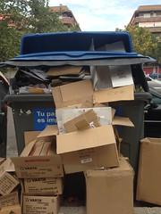 Parece que siguen de vacaciones (Micheo) Tags: basura papel cartones contenedor container queja complaint rubbish ciudad city caos porquera