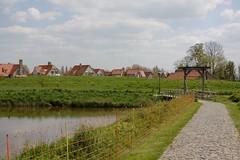 Sluis (IV) (dididumm) Tags: path bridge houses homes architecture spring sunshine sonnenschein frhling architektur huser brcke weg pfad sluis zeeland niederlande holland netherlands