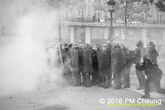 Manifestation pour l'abrogation de la loi Travail - 15.09.2016 – Paris (FR) – IMG_8284 (PM Cheung) Tags: loitravail molotov paris frankreich france proteste mobilisationénorme franceprotest cgt sncf demonstration manif manifestationpourlabrogationdelaloitravail blocus blockaden 2016 demo mengcheungpo molotowcocktail gewerkschaftsprotest tränengas confédérationgénéraledutravail arbeitsmarktreform antilabourprotest lesboches nuitdebout antagonistischenblock pmcheung blockupy polizei crs facebookcompmcheungphotography polizeipräfektur krawalle ausschreitungen auseinandersetzungen compagniesrépublicainesdesécurité police landesweitegrosdemonstrationgegendiearbeitsmarktreform 15092016 manifestation démosphère parisdebout soulevetoi labac bac françoishollande myriamelkhomri esplanadeinvalides manifestationnationaleàparis csgas manif15sept manif15manif15septembre manifestationunitaire fsu solidaires unef unl fidl république abrogationdelaloitravail pertubetavillepourabrogerlaloitravaille blackwhite schwarzweis bw