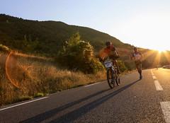 45e dition des 100KM de Millau (Sarah Thuault-Ney) Tags: running run course 100km coureurs road sun soleil man canon 5d contrejour coursepied aveyron midi pyrenes occitanie millau vlo