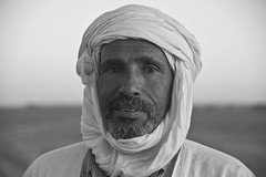 Portait in Mauritania (BeyondBordersMedia) Tags: africa travel portrait blackandwhite bw photography blackwhite fotografie zwartwit arab maghreb afrika dakar portret zwart wit mauritania zw reizen beyondborders nouakchott portretfotografie mauritani nouadibou reisfotografie  islamicrepublicofmauritania portaitphotography rpubliqueislamiquedemauritanie beyondbordersmedia muritanya