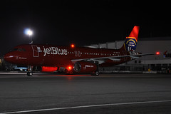 N615JB (Rich Snyder--Jetarazzi Photography) Tags: jetblueairways jetblue jbu b6 airbus a320 a320200 a320232 n615jb bluebravest fdny specialscheme speciallivery pushback startup departure departing sanfranciscointernationalairport sfo ksfo millbrae california ca airplane airliner aircraft jet plane jetliner internationalterminala dark night lights