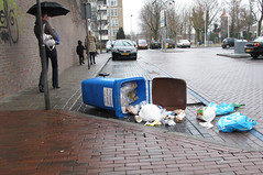 Afval container, wat is de lol??? (Olga and Peter) Tags: waste diemen dustbin afval afvalcontainer gimg5573