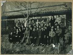 ArchJJAP024 Japan, 1930er (Hans-Michael Tappen) Tags: archivhansmichaeltappen japan nihon nippon 1930er 1930s  kimono tradition kleidung stoff clothing muster stoffmuster  gruppenfoto geta schuhe