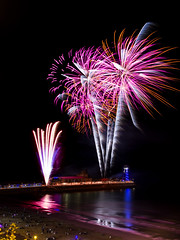 Bournemouth Fireworks 26/08/16 (Matt Le Riche Photography) Tags: bournemouth fireworks 2016 summer beach bang sky sea ocean reflection people flash canon 60d pier night dark