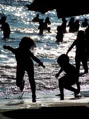 Verão é tempo de diversão! (Leandro_Monteiro) Tags: sea summer luz praia beach riodejaneiro children mar niños verano verão crianças reflexo ipanema entardecer