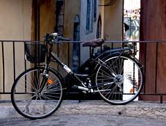 Estacionada (Felipe Londono) Tags: france annecy 2009 bicicletas
