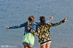 Life! (DiegoMolano) Tags: girls lake water lago libertad freedom agua nikon women teenagers teen dos nias mujeres orilla calima cruzadas deespaldas lagocalima ltytrx5 ltytr1 cruzadasgold d3100 cruzadasi