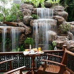 คนไทยทัวร์ ขอแนะนำ แชงกรี-ลา เชียงใหม่ (Shangri-La Chiang Mai)  ย่านที่ดีที่สุดของเมืองเชียงใหม่ ใกล้กับไนท์บาซาร์ ที่เป็นแหล่งช็อปปิ้งยามค่ำคืนที่ขึ้นชื่อของจังหวัดเชียงใหม่ ด้วยทำเลที่ดีเยี่ยมนี่เองทำให้โรงแรมแห่งนี้รายล้อมไปด้วยสถานที่ท่องเที่ยวชื่อดัง