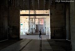 Passage ct obscur vers la lumire (photos.osmose) Tags: base port insolite lumire obscur vlo passage tourisme