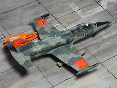 1:72 Aero L-39M(Z) 'Albatros'; 28+05 of Marinefliegergeschwader (MFG) 1, Deutsche Luftstreitkrfte; Schleswig/Jagel Air Base, 1992 (Whif/Eduard kit) (dizzyfugu) Tags: 172 modellbau albatros l39 target tug kite mfg marineflieger geschwader eins alberich norm87 warparound paint scheme ral 7009 7012 7030 dayglo high visibility orange international nva lsk wende mauerfall whif whatif fictional aviation dizzyfugu kit eduard conversion hasegawa weapon set iv