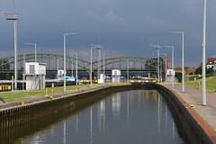 The sluice on the River Main (eowina) Tags: sluice men river frankfurt ships