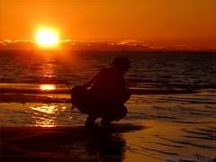Dans le feu de l'action (Dominique Dumont Willette) Tags: orange silhouette rouge eau lumire reflets photographier coucherdesoleil languedocroussillon photographe hrault soleilcouchant tangdelarnel villeneuvelezmguelone