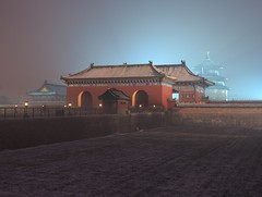 Temple of Heaven () at Twilight, Beijing China (UNESCO World Heritage Site) (Maria_Globetrotter) Tags: world china city travel schnee winter snow heritage history tourism ice beautiful fog wall architecture night canon de smog vinter twilight asia postcard nieve sneeuw capital chinese beijing best historic unesco yuki mystical neige walls  bluehour icy typical sn kina cina cultural peking chine 2012 weltkulturerbe mondial patrimoine nevar  xue blaue asiapacific welterbe kiina chiny in stunde lhumanit 650d 1585 werelderfgoed  vrldsarv bltimmen werelderfgoedlijst verdensarven   nevicar mariaglobetrotter