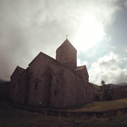 Какой-то человек влез в кадр... нуу, с кем не бывает. Народ, может это кто-то из наших? Не могу понять... //  тем не менее Татев - потрясающее место! Жаль, что в Армении сейчас нет ни одного действующего монастыря #кучкапридурков #оообулгун #акционерынаот