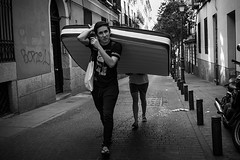 Madrid I Spain (Javier Zapatero) Tags: streetphotography streetphoto urbanphotography blackandwhite blackwhite street photography zapaphoto fuji xt1 fotografiacallejera madrid spain sombras altocontraste highcontrast materasso colchon mudanza jovenes young move removal mattress