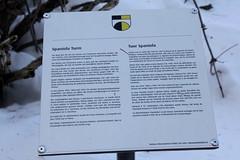 Hinweisschild beim Burgturm Spaniola Pontresina im Winter mit Schnee ( Baujahr um 1200 - Spaniolaturm Höhenburg Burgruine Burg Ruine Wehrturm Turm tower torre ) im Dorf Pontresina im Engadin im Kanton Graubünden - Grischun der Schweiz (chrchr_75) Tags: schweiz switzerland suisse swiss christoph svizzera januar 1301 suissa graubünden grisons kanton chrigu grigioni 2013 grischun chrchr hurni kantongraubünden chrchr75 chriguhurni albumgraubünden chriguhurnibluemailch januar2013 hurni130131 albumzzz201301januar