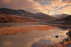 Loch Sealbhanach. (Gordie Broon.) Tags: winter snow mountains ice nature water clouds reflections reeds landscape geotagged photography scotland scenery alba scenic escocia hills schottland ecosse invernessshire scozia scottishhighlands cannich glencannich canoneos7d gordiebroon lochsealbhanach