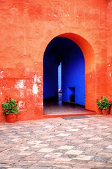 The Colors of Santa Catalina (Nanak26) Tags: monastre arquitectura historical azul bleu blue colores convento foto fotos naranja orange abstract bright textur blu arco luce light scorcio monastero santacatalina monasterio santa catalina caterina arequipa per building architecture mosteiro monastery colours colors wall door flower plant patio colonial peru worldheritagesite unesco geranium red prou andes amriquedusud altitude amrica latinoamrica per travel trip viajes southamerica sudamerica americalatina viaggio cittbianca latinamerica rouge pseudo hdr andin andean piruw