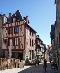 Rue du Jerzual, Dinan (Sebasti Giralt) Tags: bretanya breizh bretagne bretaa brittany dinan architecture aquitectura urbanisme urbanismo urbanism