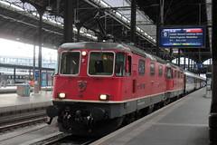 SBB Lokomotive Re 4/4 II 11301 bzw. SBB Re 420 301 - 4 ( Hersteller SLM Nr. 4947 - BBC MFO SAAS - Baujahr 1974 ) am Bahnhof Basel SBB im Kanton Basel Stadt der Schweiz (chrchr_75) Tags: christoph hurni chriguhurni chriguhurnibluemailch chrchr chrchr75 august 2016 august2016 bahn eisenbahn schweizer bahnen zug train treno albumbahnenderschweiz2016712 albumbahnenderschweiz albumsbbre44iiiii lok lokomotive sbb cff ffs schweizerische bundesbahn bundesbahnen re44 re 44