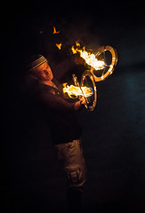 Le burner et ses anneaux (Oriane Gs) Tags: jongleur feu