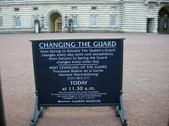 Waiting for the change - London (Uk) (luca_margarone) Tags: allaperto uk europe europa london londra great britain england city buckingham palace cambio change hour particular particolare symbol simbolo square piazza guard guardia