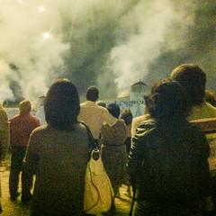Castillos de fuego (Frankness2008) Tags: españa noche huesca gente fiestas personas nocturna aragon fuegos jaca diversion iphone artificiales almena callejera