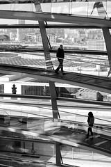 Different destinies (Rosetta Bonatti (RosLol)) Tags: roslol berlin berlino bw blackandwhite biancoenero lifeinthecity people bundestag reichstag silhouette thepinnaclehof tphofweek198 kanchenjungachallengewinner rosettabonatti