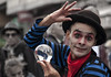B1265-Bola de mimo, mimo con bola (Beaubourg-Paris) (Eduardo Arias Rábanos) Tags: man look hat ball cutout nikon wave mimo sombrero bola candids mirada mime hombre greet saludo parís d90 robados desaturación
