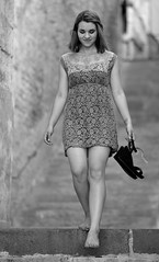 Suspendue dans les airs le temps d'un instant, moment de grâce... (Thierry.Vaye) Tags: nevers marine robe chaussures modèle bokeh nikon 85 f18 monochrome nb