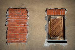 aria viziata (Rino Alessandrini) Tags: casa mattoni muratura chiuso chiusura urbano abitazione finestra house brick window closed urban dwelling