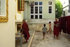 (guido camici) Tags: trip travel pentax burma sigma nun monks myanmar viaggio bagan phototrip in phototravel makri sigmalens birmania theravada sigmalenses abigfave pentaxk10d pentaxk10 fotodiviaggio sigmaaf1530mmf3545exdg fotografiediviaggio anthoulamakri nunsonktheravada theravadamonksinburma