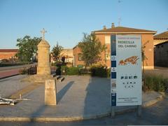 """10a tappa - Redecilla del Camino, provincia di Burgos, nella Meseta, notare il """"mojón"""" (cippo o pietra miliare), che ci indica che siamo in Castilla y León e dove c'è l'immancabile """"concha"""" (conchiglia) galiziana, simbolo del """"Camino de Santiago"""", 1/7/09 (riky.prof) Tags: santiago españa trekking walking spain memorial estate camino hiking walk faith religion adventure espana santiagodecompostela caminar pasear fe 2009 senderismo pilgrimage ventura fede markstein milestone spanien pilgrim caminodesantiago spagna peregrino wanderungen peregrinacion pilgrims andar jacobsweg wanderung memorialstone castillayleón religione glaube religión camminare peregrinos hito pellegrinaggio avventura escursionismo cammino glauben mojón peregrinaje meseta camminodisantiago cippo caminodesantiagodecompostela meilenstein camminodisantiagodicompostela mesetas cippus redecilladelcamino rikyprof summer2009 mesetacastellana verano2009 sommer2009 estate2009 camino2009 walkofsantiago walkingtosantiago mojónes"""