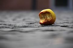 Apple (Elbmaedchen) Tags: apfel abgebissen biomll apple bittenapple fokus obst fruit
