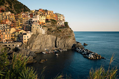 Manarola (www.bartbrouwerphotography.com) Tags: manarola cinqueterre italy travel riviere coast tourism holiday rocks village fishing sunset warmlight lowsun colorful houses architecture landmark icon sea port harbour town hill cliff europe vacation