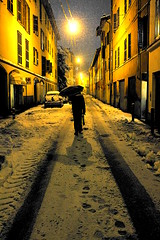 Snowy night (Rosetta Bonatti (RosLol)) Tags: roslol parma neve snow notte night lifeinthecity man walking umbrella ombrello thepinnaclehof tphof–week189 kanchenjungachallengewinner rosettabonatti
